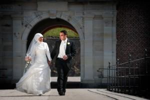 Brudepar i stærk forårs sol på Kronborg Slot