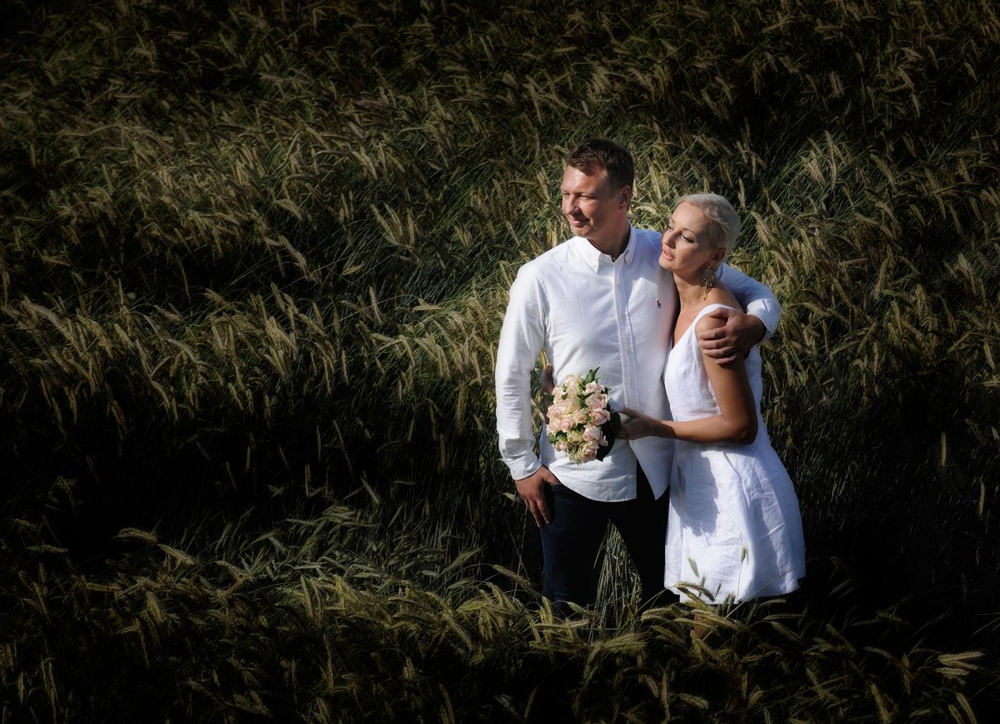 Brudepar i kornmark ved studiet