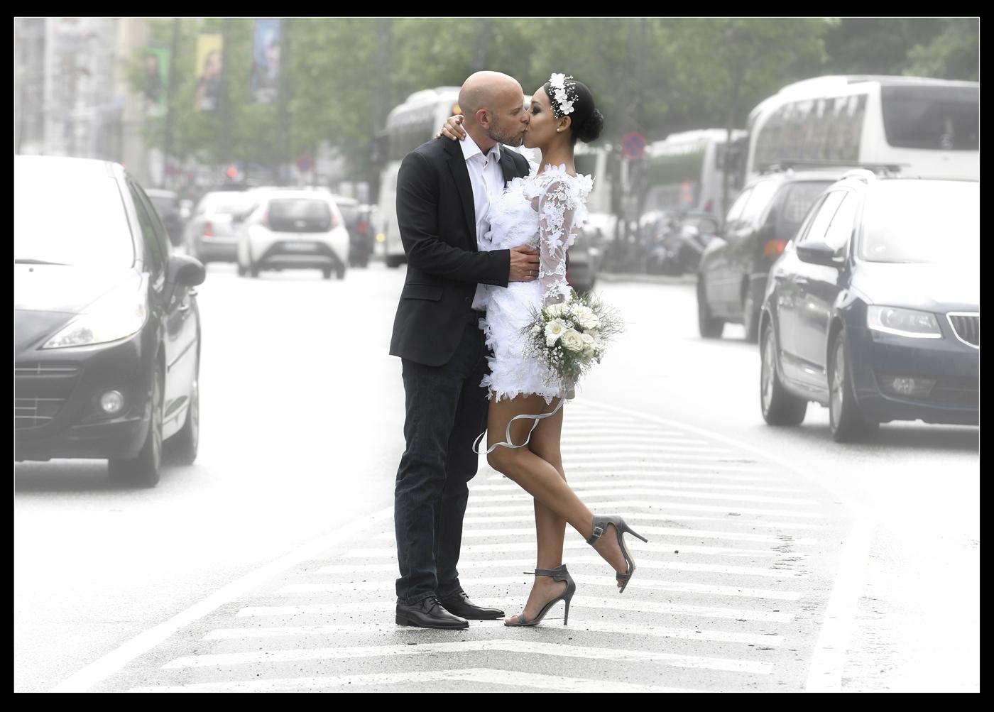 Dette brudepar var netop blevet gift på Københavns Rådhus og fik lige et par ekstra spændende billeder på den meget trafikerede H.C. Andersens Boulevard- fotograferet af bryllupsfotograf Peter Dahlerup