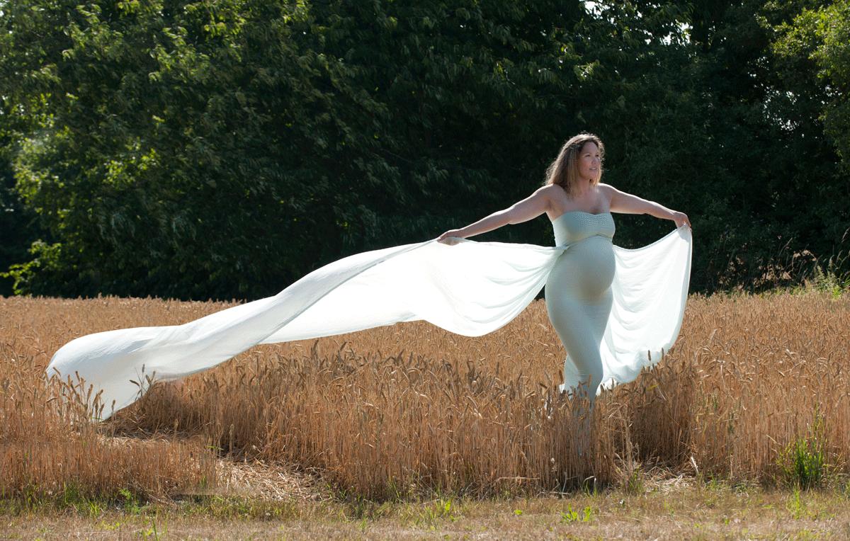 gravidfoto hos fotograf i Fredensborg Peter Dahlerup med flotte gravidkjoler i naturen