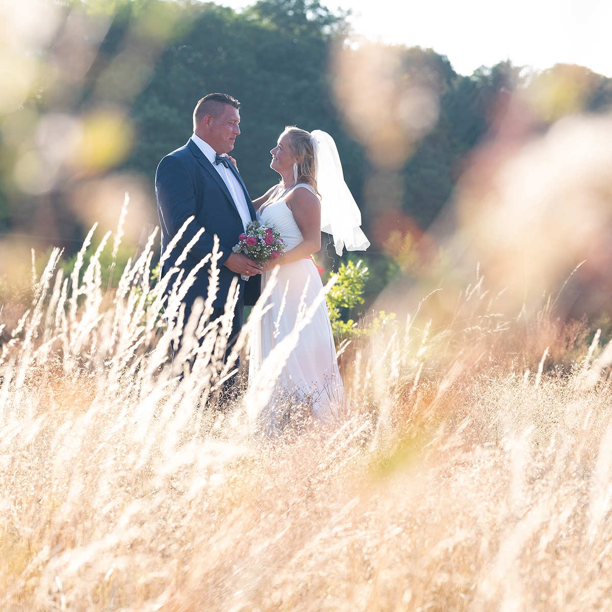 Romantisk bryllupsfoto i naturen