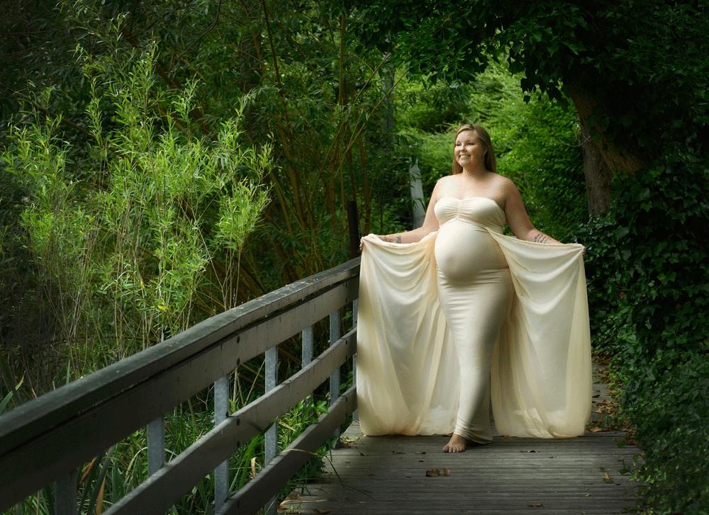 Gravid fotografering på tilbud fotograferede denne smukke gravide kvinde på en gangbro på Humlebæk Kirkegård. Fotograf Peter Dahlerup fra Fredensborg i Nordsjælland kommer overalt