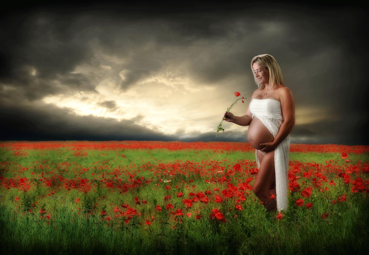 Gravid pige i en valmuemark med flotte skyer på himlen er fotograferet i Humlebæk af fotograf Peter Dahlerup fra Fredensborg i Nordsjælland