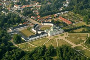 Luftfoto af Fredensborg Slot med Fredensborg Slotshave efter renoveringen. Dronefotograf Peter Dahlerup tager nu også dronefoto selv om dette billede er fra et fly. Dronefotograf Peter Dahlerup kommer over hele Nordsjælland.
