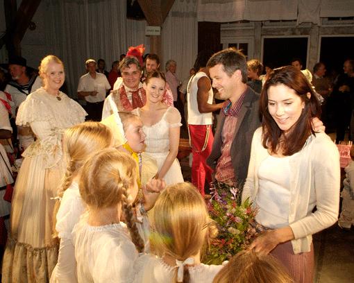 Kronprinsparret snakker her med de medvirkende børn i Chaluphuset hvor der opføres et lokalt teaterstykke - billeder af fotograf Peter Dahlerup