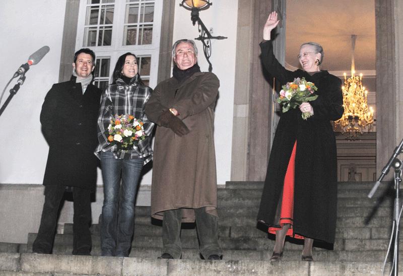 Kronprinsparret i Kancellihuset ved Fredensborg Slot betød at Regentparret havde dem med på slotstrappen for at se fakkeltoget i Indre Slotsgård - fotograf Peter Dahlerup