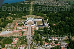 Kancellihuset som tidligere var bolig for Dronning Ingrid ligger sydøst for selve Fredensborg Slot forbundet med port og staldbygning til Fredensborg Slotskirke - luftfoto Peter Dahlerup