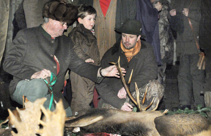 Prins Christian er med far Kronprins Frederik og farfar Prins Henrik ude og bese det kronvildt der er nedlagt på kongejagten - fotograf Peter Dahlerup