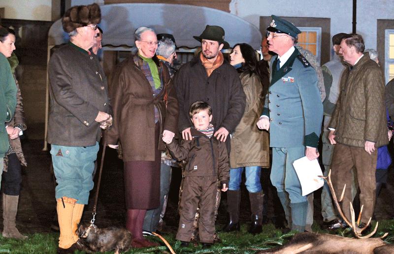 Kronprinsparret i Kancellihuset deltager her i Vildtparaden i Indre Slotsgård efter en kongejagt i Gribskov