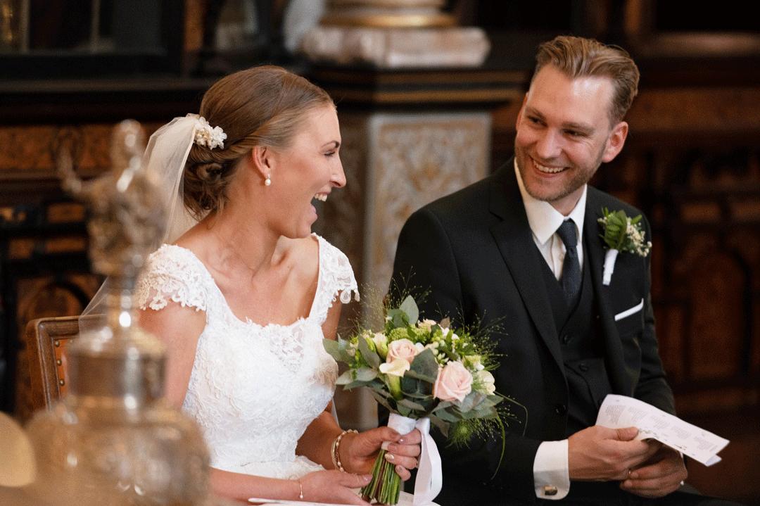 bruden-ler-hjerteligt-til-manden-i-kirken-efter-vielsen-bryllupsfotograf-peter-dahlerup-copenhagen-hovedstaden