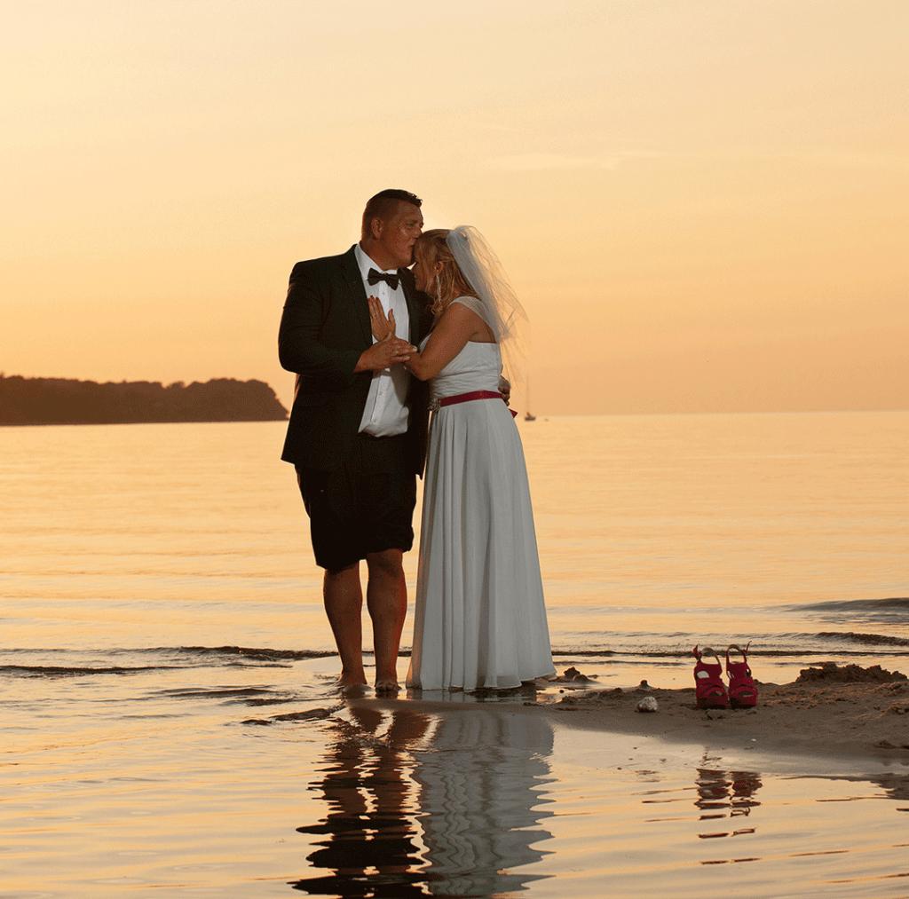 brudepar-ved-stranden-i-solnedgang-bryllupsfotograf-peter-dahlerup-fredensborg-danmark