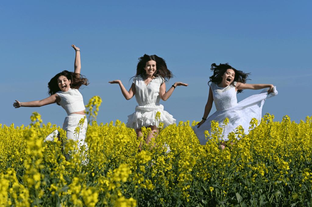 fun-in-the-sun-konfirmand-piger-i-rapsmark-erhvervsfotograf-peter-dahlerup-hovedstafen-danmark